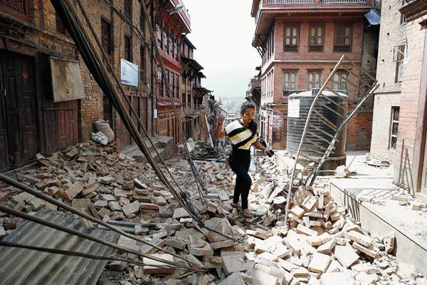 Una mujer camina entre los escombros un día después del nuevo terremoto de 7.3 en Bhaktapur, Nepal.(Foto Prensa Libre:EFE)