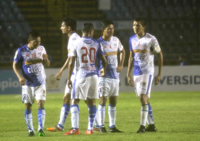 Los jugadores del Deportivo Suchitepéquez lucen molestos por la eliminación de la Concacaf. (Foto Prensa Libre: Jesús Cuque)