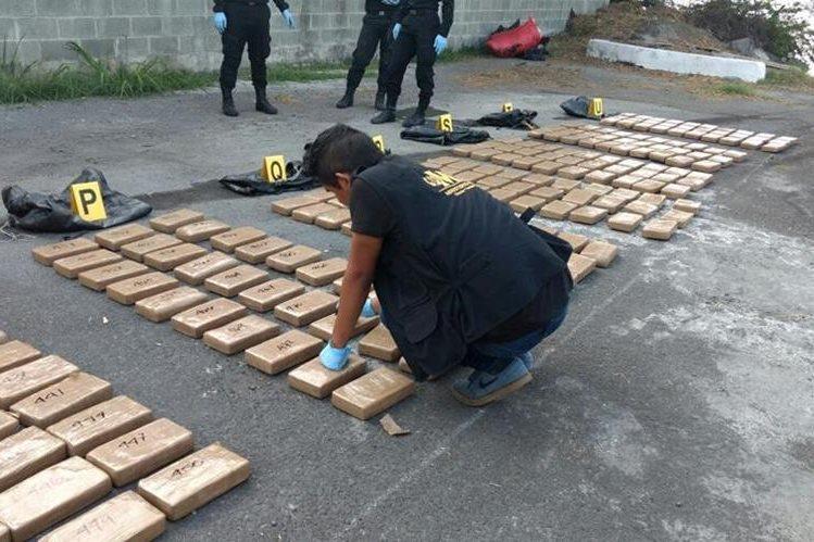 Autoridades contabilizan los paquetes de droga en cada una de la tulas,encontradas en una embarcación. Foto Prensa Libre: Ministerio Público.