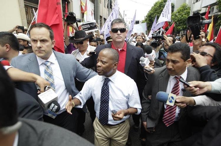 Todd Robinson durante el trayecto hacia su vehículo luego de una visita al Congreso para dialogar por temas de migración. (Foto Prensa Libre: Hemeroteca PL)