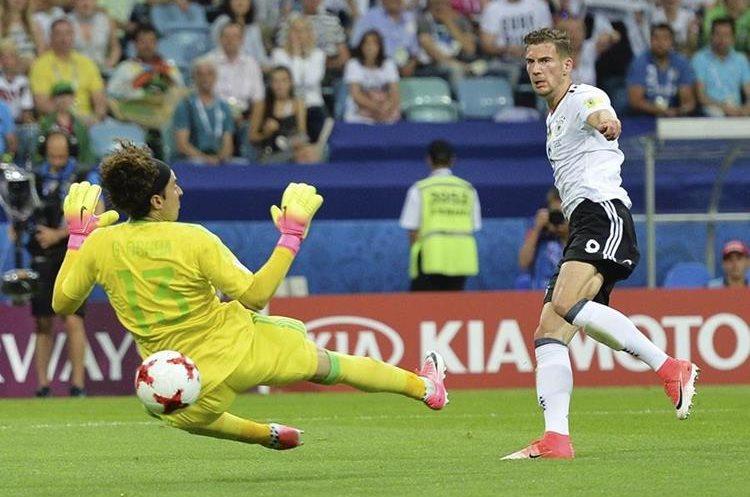 Leon Goretzka anota el 2-0 frente a Guillermo Ochoa. El alemán fue la pesadilla de México. (Foto Prensa Libre: EFE)