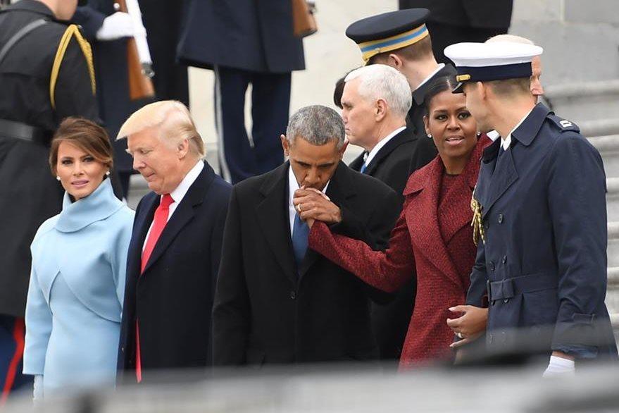 Los Trump junto a los Obama de quienes los periodistas estaban acostumbrados a ver muestras de afecto en público. (Foto Prensa Libre: AFP).