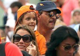 Ricardo Arjona fue visto junto a su hijo Nicolás, de 5 años. (Foto Prensa Libre: Revista ¡Hola!)
