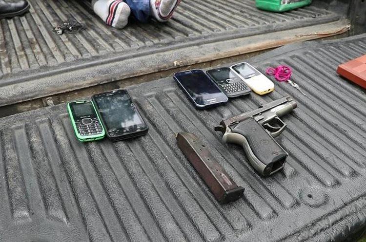 Autoridades incautaron armas y teléfonos a los supuestos asaltantes. (Foto Prensa Libre: Enrique Paredes)