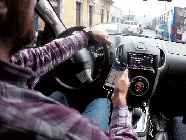 """Rodolfo, fue uno de los primeros """"socios Uber"""" en prestar el servicio, durante el primer día de operaciones en el país. (Foto Prensa Libre: Esbin García)"""
