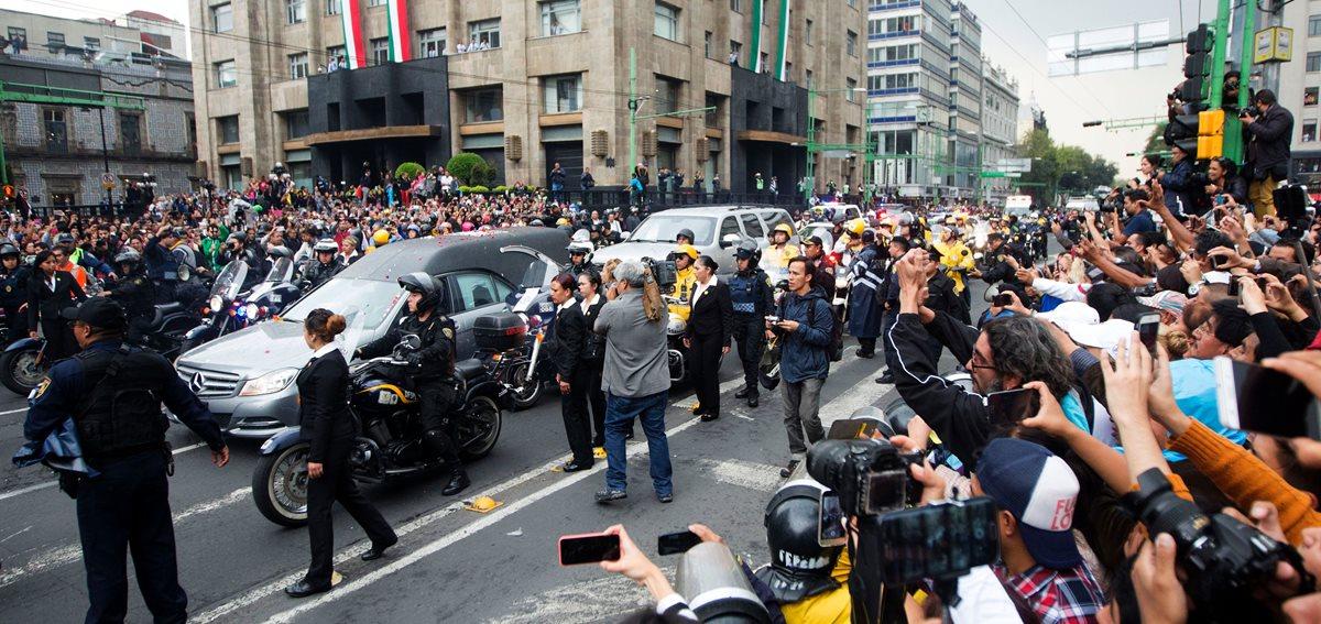Las cenizas del ídolo mexicano llegaron a Ciudad de México desde Ciudad Juárez. (Foto Prensa Libre: AFP)