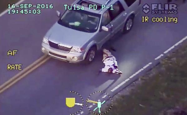 Terence Crutcher tendido en el suelo tras ser baleado por una agente de policía. (EFE).