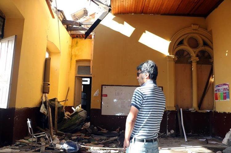 Un maestro observa los nuevos daños que se registraron en las paredes del INVO. (Foto Prensa Libre: Carlos Ventura)