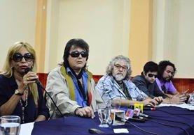 Concepción García, mánager de Los Iracundos, Gianni Pivetta, Rubén Aguilera, Sergio Sotomayor y Álvaro Paggi, dieron una conferencia de prensa en un hotel capitalino, luego del deceso de Leonardo Franco, uno de los fundadores del grupo uruguayo. (Foto Prensa Libre: Paulo Raquec)