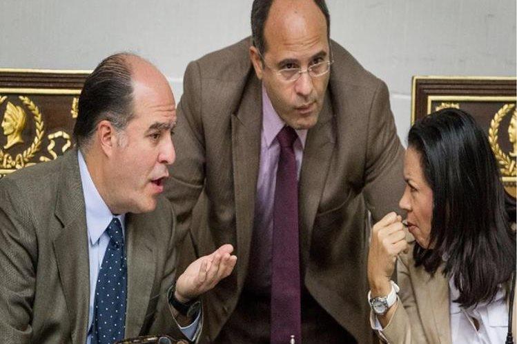 El presidente del Parlamento, el opositor Julio Borges (i), habla con los diputados. (EFE).
