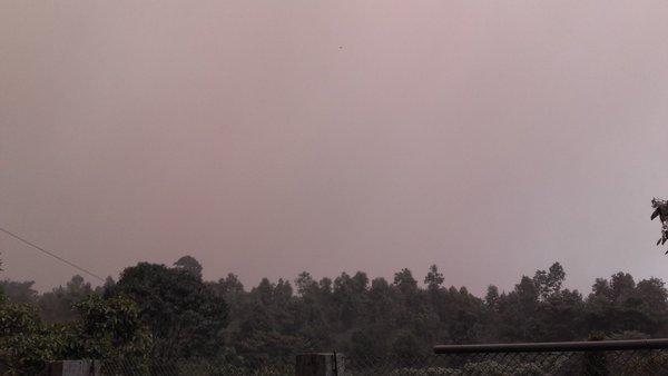 Gruesa capa de ceniza es lanzada por volcán Santiaguito.