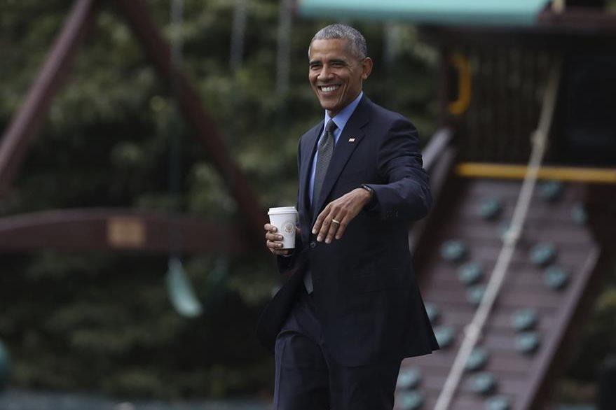 """Luego de su inesperada """"carrera"""" hacia la Casa Blanca el presidente Obama recibió un café de uno de sus asistentes. (Foto Prensa Libre: AP)."""