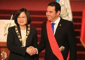 Presidenta de Taiwán Tsai Ing-wen, y el presidente Jimmy Morales en un acto oficial en el Palacio Nacional de la Cultura. (Foto Prensa Libre: Esbin García)