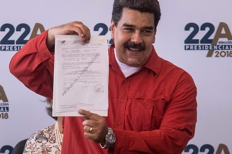 Nicolás Maduro, formaliza ante el Consejo Nacional Electoral (CNE) su candidatura a la reelección para los comicios del 22 de abril. (Foto Prensa Libre:EFE).
