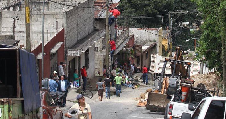 Decenas de personas fueron afectadas por el derrumbe en Doraldina 1, zona 2 de Mixco. (Foto Prensa Libre: Érick Ávila)