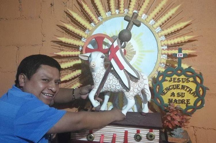 El artesano de Sumpango trabaja objetos y animales en relieve hechos en duroport. (Foto Prensa Libre: Óscar Felipe Quisque)