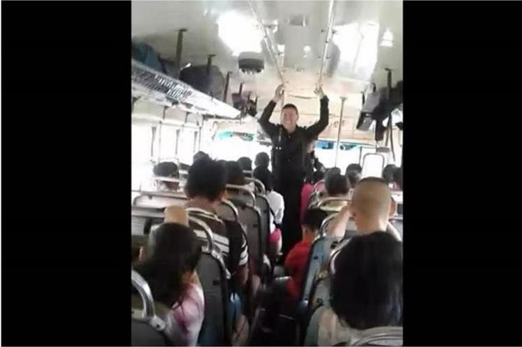 Agente pide a Dios para que proteja a los usuarios del transporte público en Xela. (Foto Prensa Libre: Cortesía).