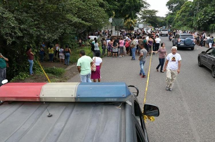 Varios curiosos se aglomeraron en el lugar donde ocurrió el crimen. (Foto Prensa Libre: Enrique Paredes)