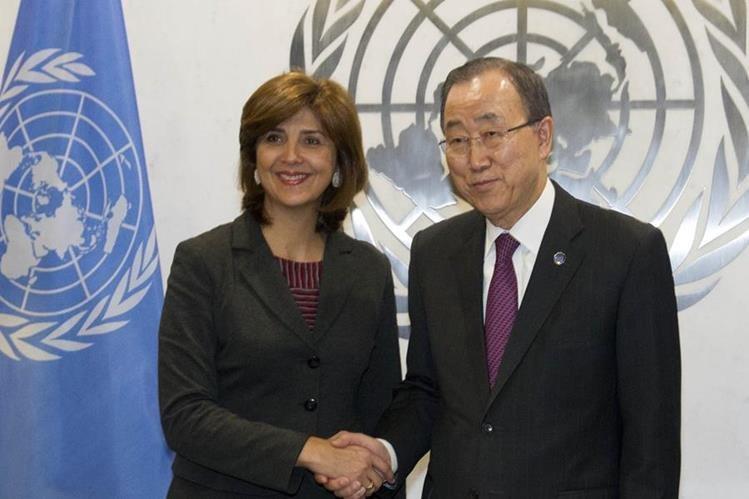 La ministra de Exteriores colombiana, María Ángela Holguín saluda al secretario general de la ONU, Ban Ki-moon. (Foto Prensa Libre: EFE).
