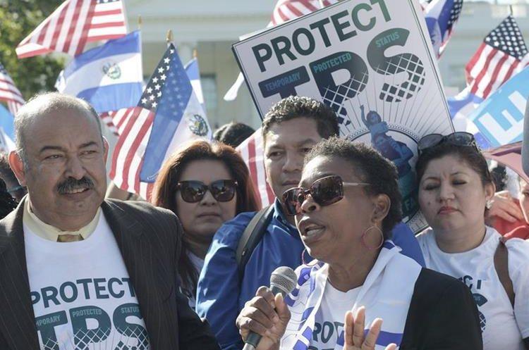 Martha Connor,hondureña, beneficiada del TPS participa en la manifestación.(EFE).