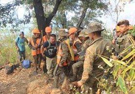 Una de las brigadas que participó para controlar el incendio forestal en Sololá. (Foto Prensa Libre: Ángel Juljauj).