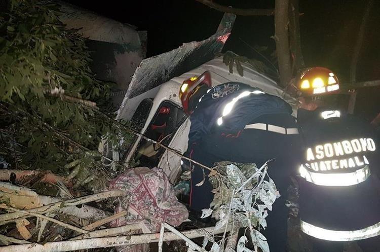 Los bomberos en el momento del rescate del piloto del camión. (Foto Prensa Libre: CBMD)