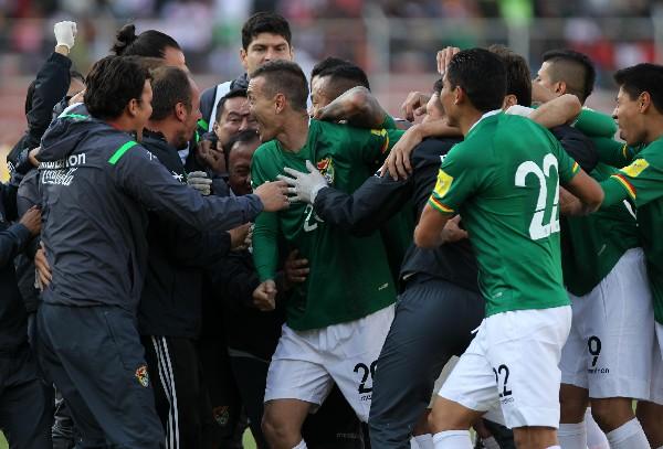 Los jugadores de Bolivia festejan el triundo de su selección frente a Perú, en la clasificatoria a Rusia 2018. (Foto Prensa Libre: EFE)