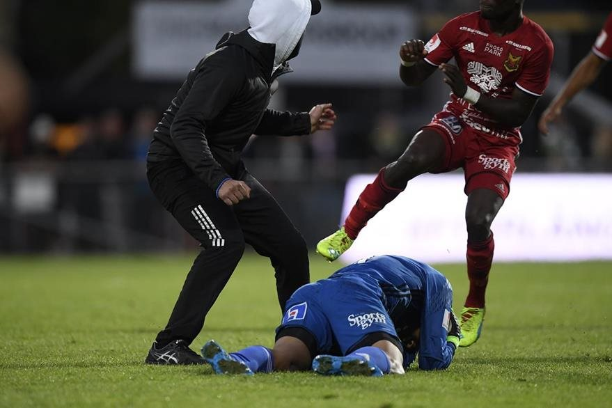 El portero de Ostersund Aly Keita se cubre la cabeza después de ser agredido por un aficionado.