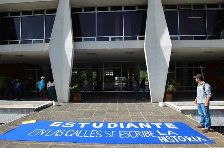 Estudiantes de la Universidad de San Carlos protestan contra la corrupción. (Foto Prensa Libre: Estuardo Paredes)