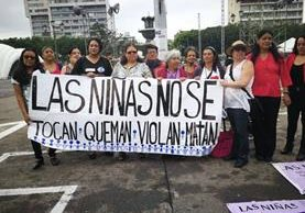 Colectivos de la sociedad civil participan en manifestación en la Plaza de la Constitución. (Foto Prensa Libre: Érick Ávila)