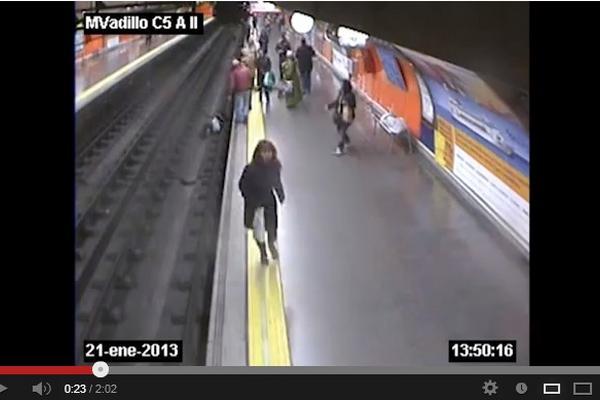 """<p>Mujer cayó sobre las vías del metro de Madrid, luego de sufrir un desmayo. (Foto Prensa Libre: Youtube)<br _mce_bogus=""""1""""></p>"""