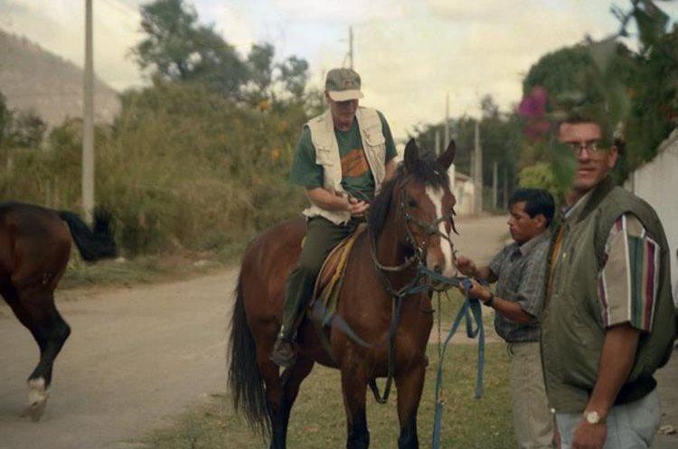 Álvaro Arzú paseaba a caballo junto a su esposa, en Sacatepéquez, cuando la Guardia Presidencial hizo el alto al lechero Pedro Haroldo Sas Rompich, quien no lo acató, por lo que Obdulio Villanueva lo mató el 4 de febrero de 1996. (Foto: Hemeroteca PL)