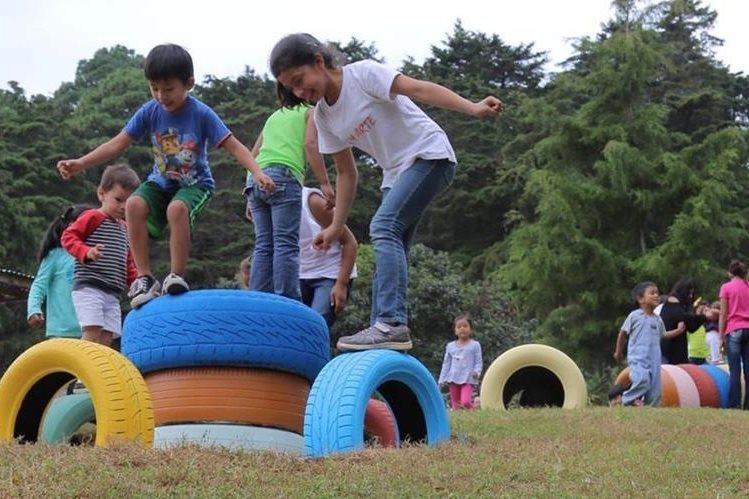 Elaboran juegos infantiles de la Casa Bernabé con llantas recicladas