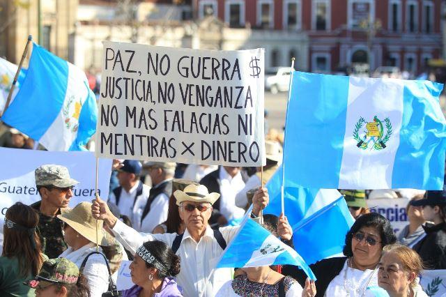 Familiares y amigos de los militares procesados portaron carteles y banderas de Guatemala. (Foto Prensa Libre: Esbin García)