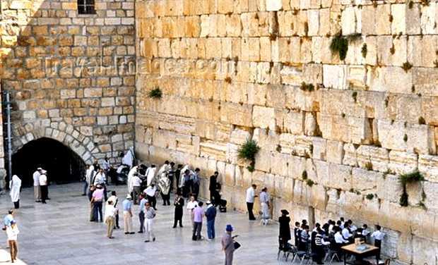El Muro de los Lamentos, donde miles de judíos y cristianos acuden cada año a orar. Ahí se encuentra la Roca Sagrada con la cual Dios creó al universo. (Foto: Internet).