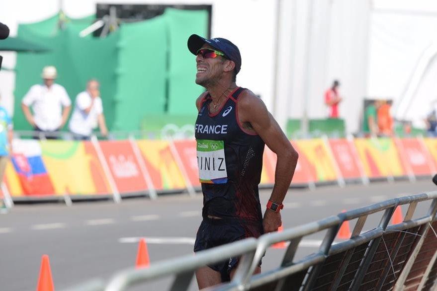 Diniz tomó varios minutos para descansar por complicaciones estomacales. (Foto Prensa Libre: Jeniffer Gómez)
