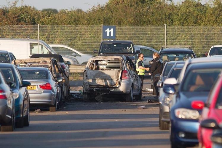 Oficiales inspeccionan las afueras del aeropuerto de Blackbushe en Hampshire después del accidente aéreo. (Foto Prensa Libre: EFE).