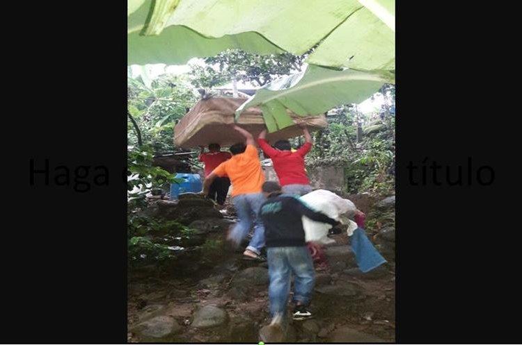 Un grupo de vecinos apoyaron a la familia a evacuar sus pertenencias para evitar una desgracia. Foto Prensa Libre: Witmer Barrera.