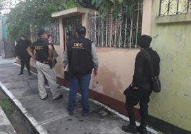 Agentes de la PNC resguardan inmuebles allanados en la capital y Santa Rosa. (Foto Prensa Libre: PNC)
