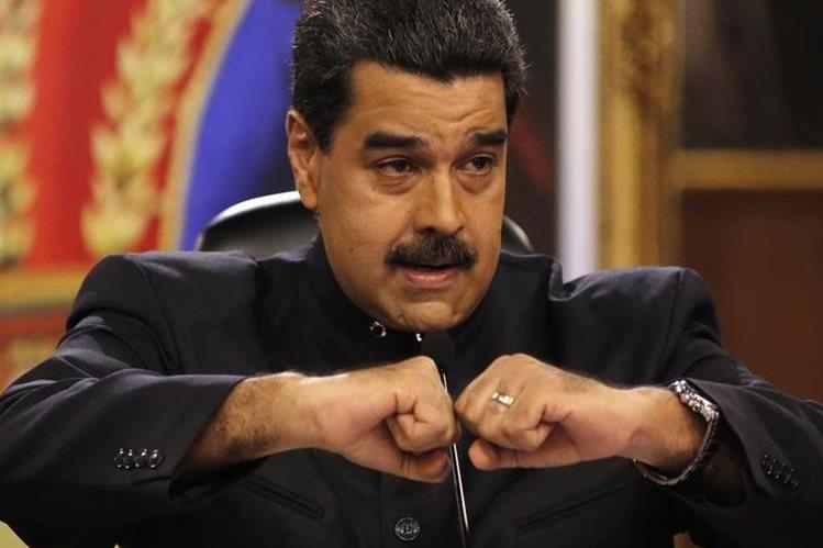 Nicolás Maduro habla durante conferencia de prensa con periodistas en Caracas, Venezuela.(AP).