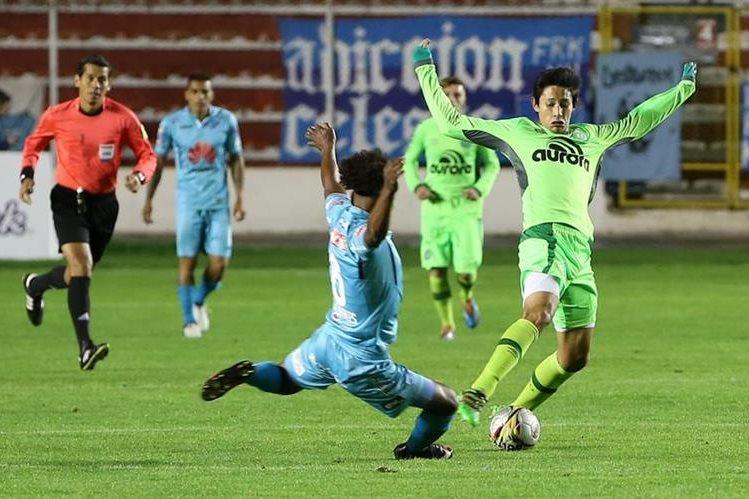 El jugador del Bolívar Leonel Morales (c) disputa el balón con Kendy Japa (d), del Chapecoense. (Foto Prensa Libre: EFE)