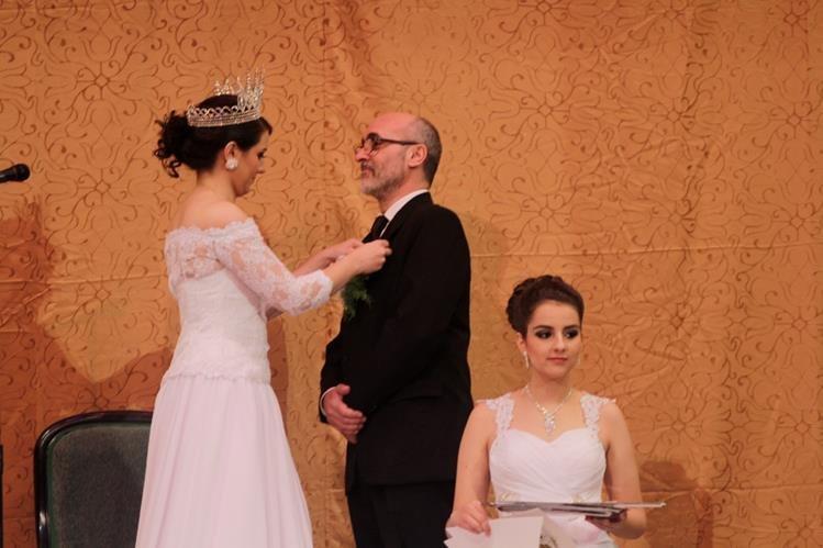Ana Recari, reina de los Juegos Florales, impone galardón a Marcelo Gobbo, ganador de la categoría de cuento. (Foto Prensa Libre: María José Longo)
