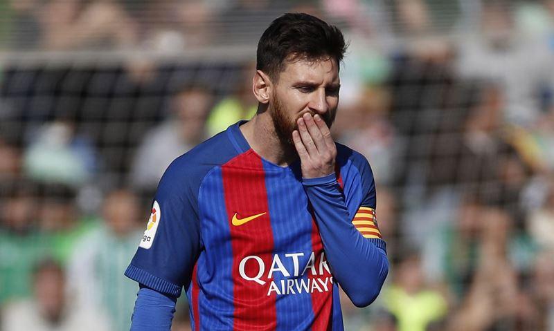 Messi sabe que el Barcelona no jugó uno de sus mejores partidos pese a que no les valieron un gol legítimo. (Foto Prensa Libre: EFE)