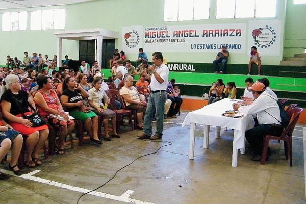Familias de  escasos recursos en Morazán, El Progreso, reciben becas estudiantiles otortadas por la comuna. (Foto Prensa Libre: Héctor Contreras)