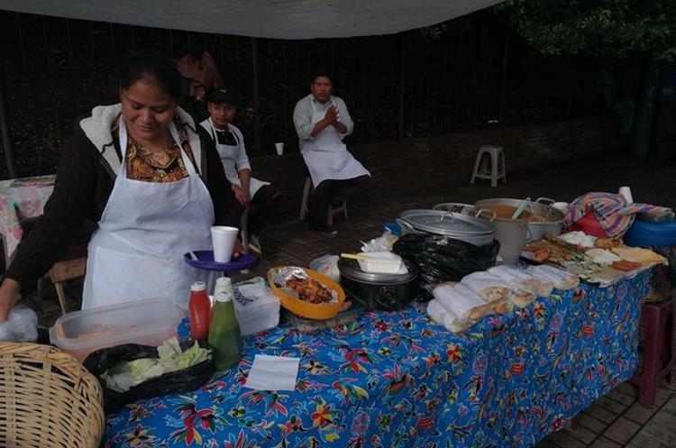Una de las ventas ubicadas en el Bulevar Liberación, zona 9 de la capital, ofrece variedad de alimentos a sus clientes. (Foto Prensa Libre: Óscar García).