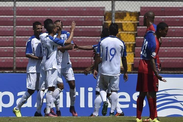 Los jugadores de Honduras celebran después de vencer a Belice y coronarse campeones de la Copa Centroamericana de la Uncaf. (Foto Prensa Libre: AFP)