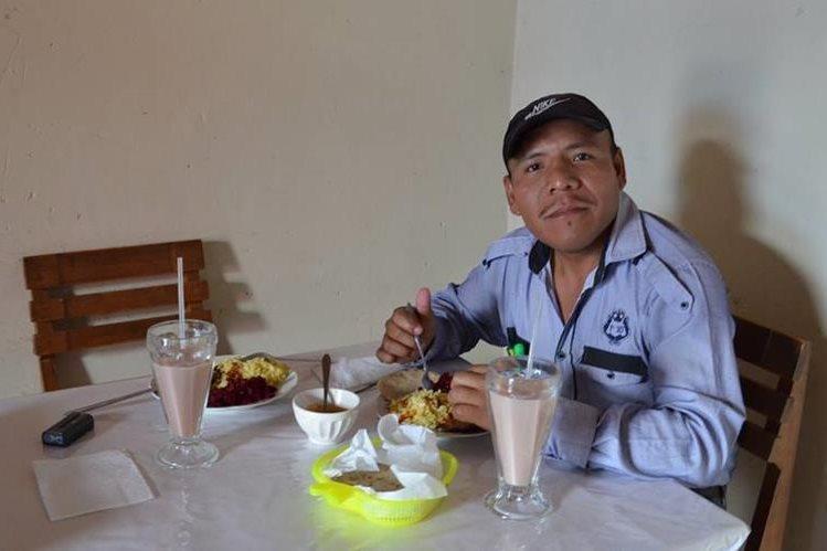 Hermelindo Coc Macz, empleado de la comuna, es uno de los retenidos por pobladores. (Foto Prensa Libre: Eduardo Sam).