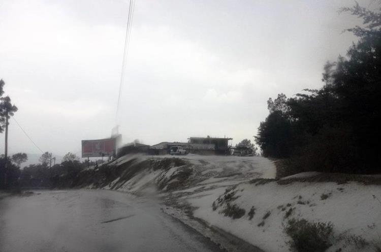 La granizada también cubrió caminos y carreteras de la cabecera de Huhuetenango a los municipios del norte. (Foto Prensa Libre: Cortesía)
