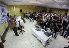 Fredy Ochaeta presidente de la Junta Electoral Departamental de Alta Verapaz se dirige a los integrantes de las corporaciones municipales electas. (Foto Prensa Libre: Eduardo Sam Chun)