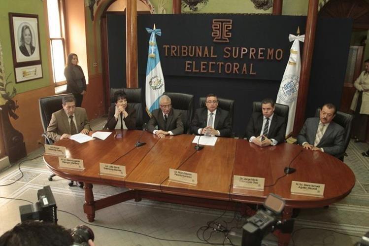 Magistrados del TSE informan sobre la no adjudicación de 16 diputaciones. (Foto Prensa Libre: Érick Ávila)
